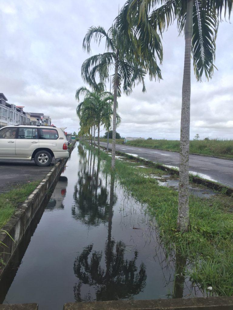 マレーシアの洪水で溢れる側溝