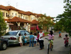 マレーシアの路上で遊ぶ子供達