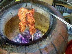 タンドリーチキンを焼くタンドリー釜