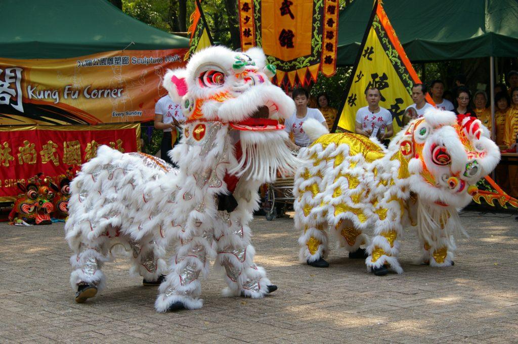 獅子舞のパフォーマンス