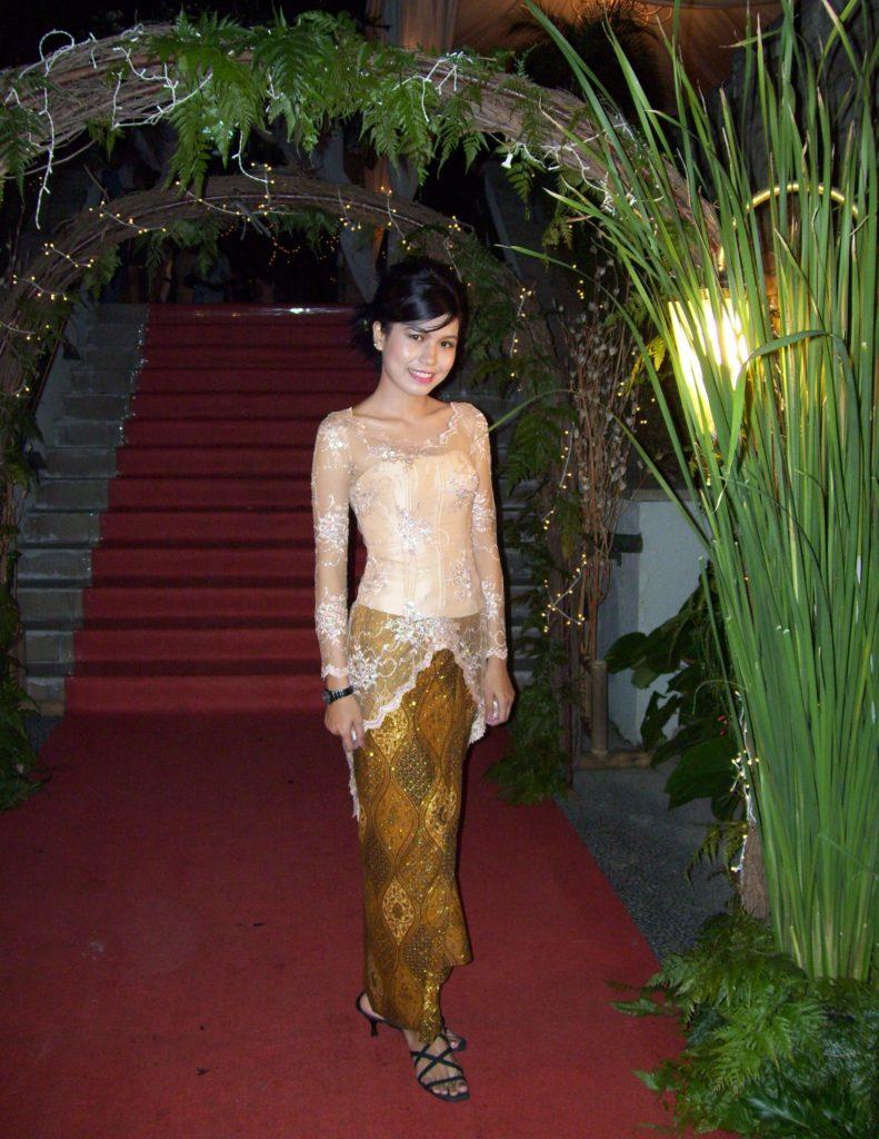クバヤを着る女性