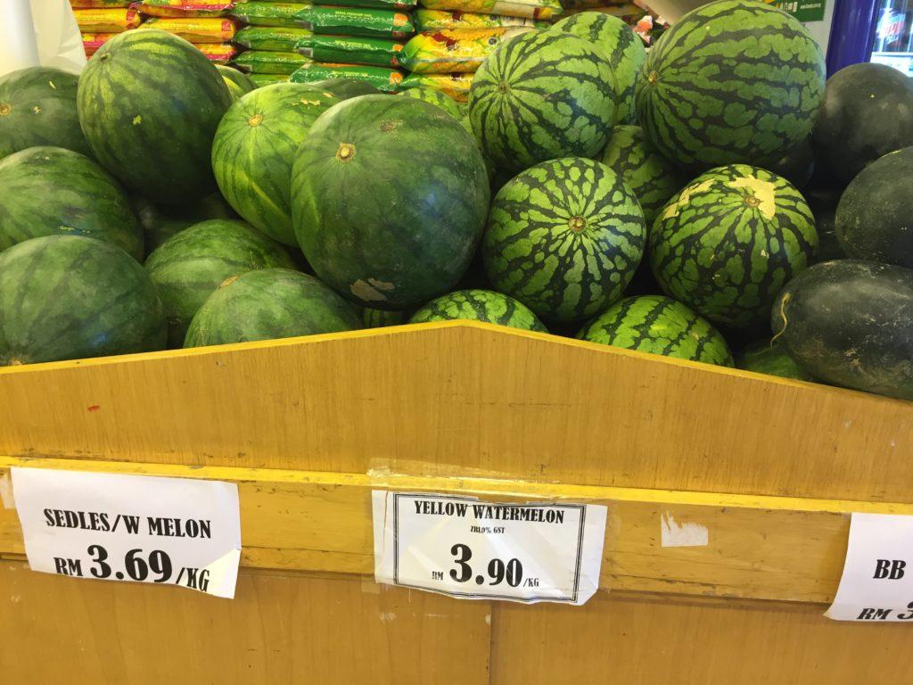 マレーシアのスーパーのすいか売り場