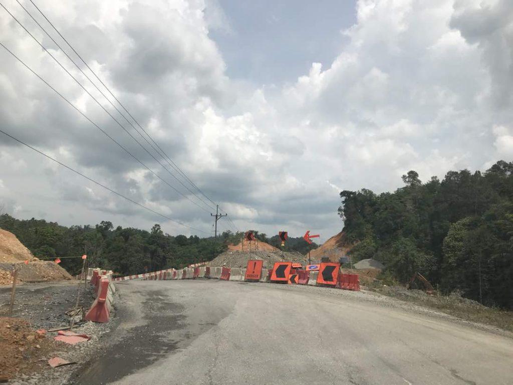 サラワク州の高速道路工事で迂回路が設けられた道路