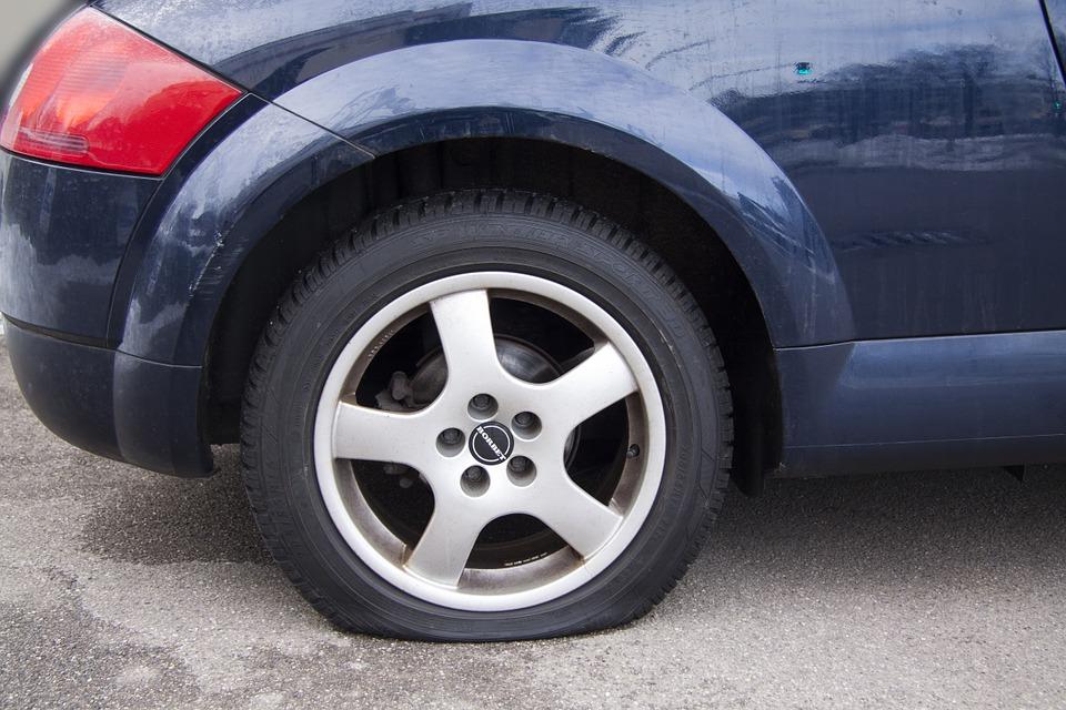 タイヤがパンクした車