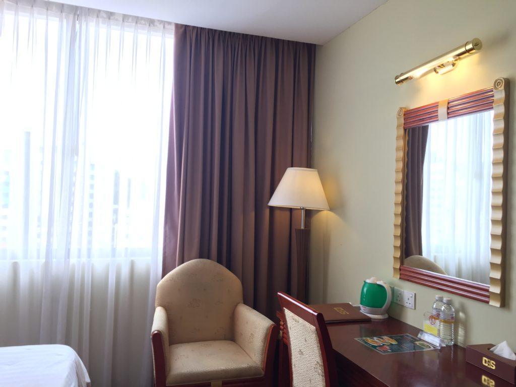 ガヤセンターホテルの室内の様子。家具はすべて年季が入っていたものの、使いやすい