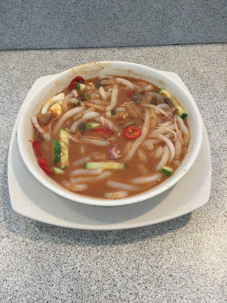 IJNのフードコートで食べれるマレーシア名物ラクサ。