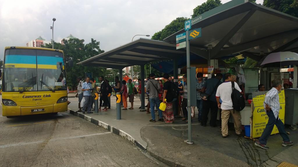 シンガポール、ブギスのバスターミナルからマレーシア行きのバスに乗る