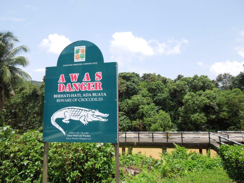 サラワク州ミリのニアにあるワニ注意の看板