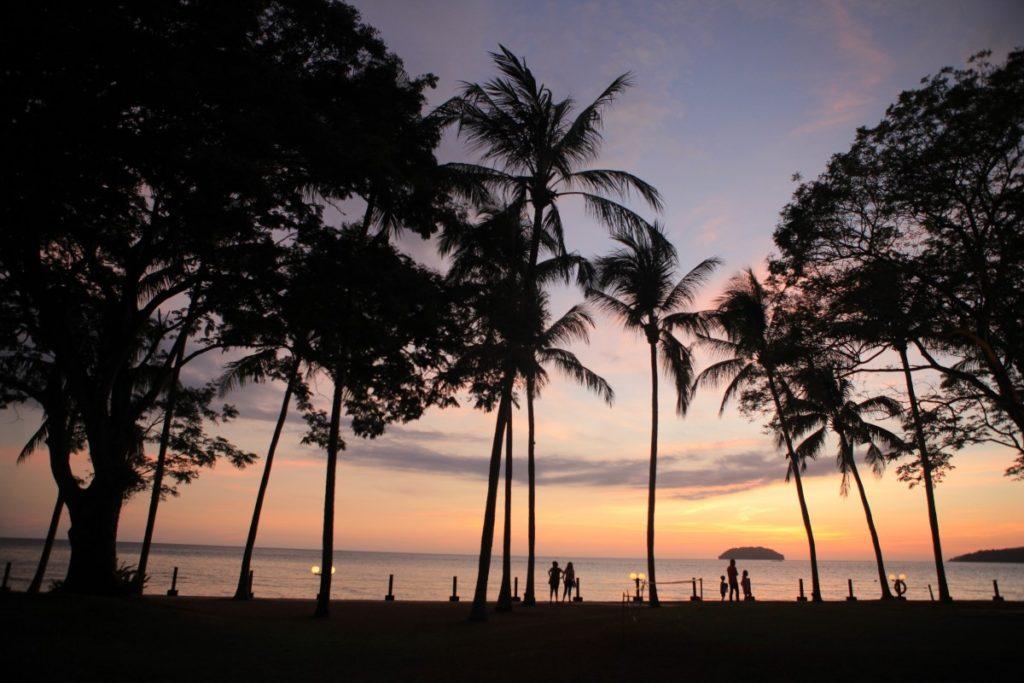 マレーシア、コタキナバルのビーチで見るサンセット
