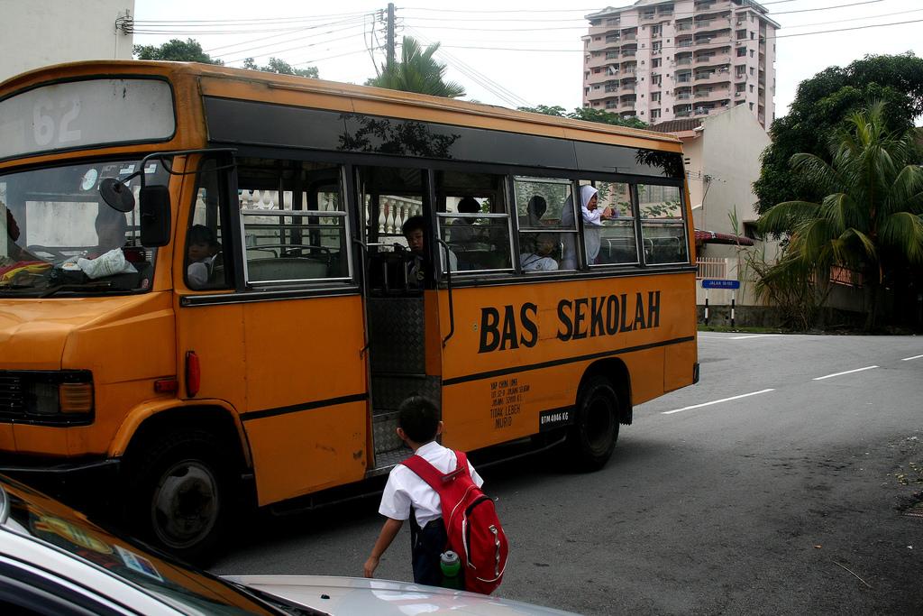 下校する子供達を待つスクールバス