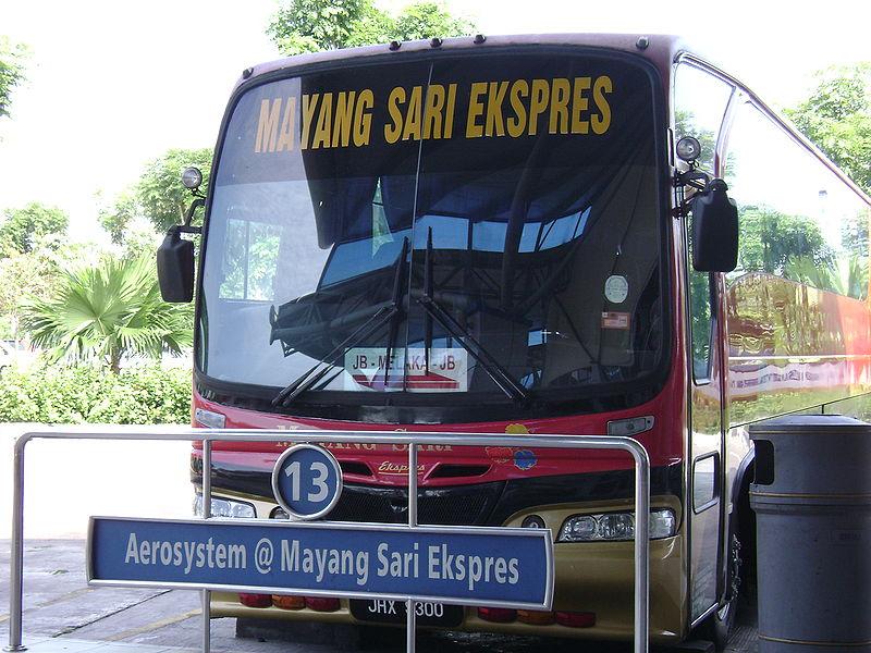 マラッカセントラルバスターミナルに停車中の長距離バス
